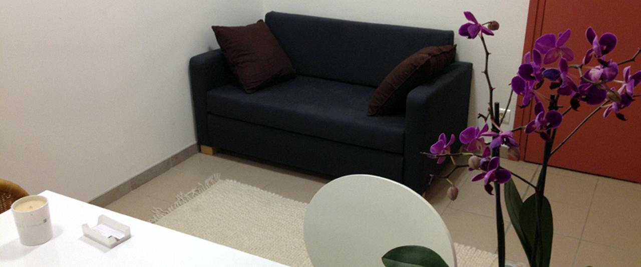 Le canapé sur lesquel sont assis les patients